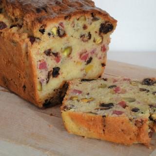 Cake met gedroogde worst, pistaches en gedroogde pruimen
