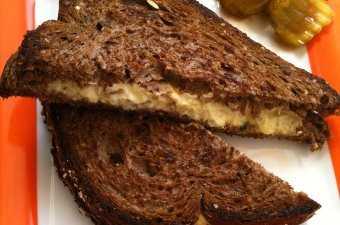 Lekkere Tosti met Vurige Augurken on the side