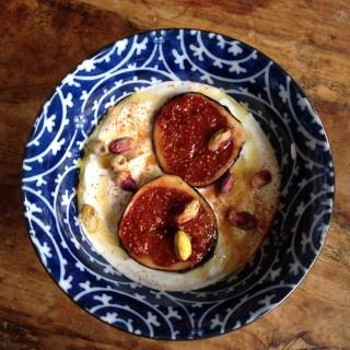 Griekse Yoghurt met in Honing gekarameliseerde Vijgen en Pistache nootjes.
