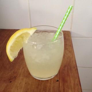 Frisse citroen-gemberlimonade zelf maken