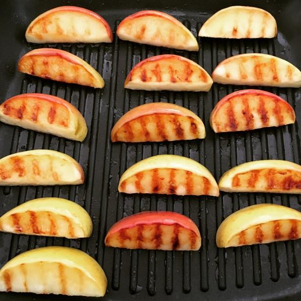 Spinaziesalade met geroosterde appel, ei en bacon