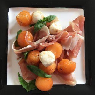 Cantaloupe met Mozzarella, Prosciutto en Balsamicosiroop