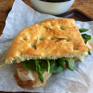 Focaccia met rauwe ham en groene asperges